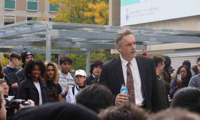 Jordan Peterson at a public rally on free speech at the University of Toronto on Oct. 11, 2016. (Quist via creativecommons.org)