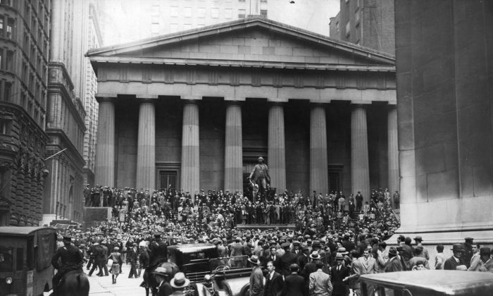 The Sub-Treasury Building (now Federal Hall National Memorial) opposite the Wall Street Stock Exchange in Manhattan, New York, at the time of the Wall Street Crash, November 1929.  Hulton Archive/Getty Images