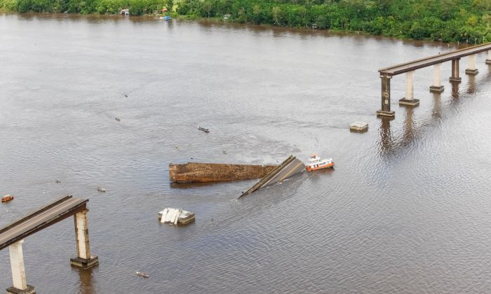 A bridge over the Moju River is seen after collapsing and potentially affecting shipments of grains, such as soybeans and corn through northern ports at Alca Viaria complex in the Highway PA-483 in Acara, Para state, Brazil April 6, 2019. (Fernando Araujo/Agencia Brasil/Handout via Reuters)