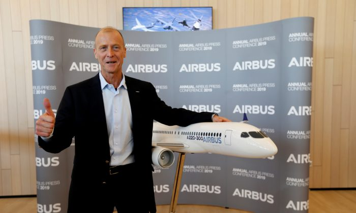 Airbus Chief Executive Tom Enders poses with a A220-300 Airbus replica during the company's annual news conference on 2018 full-year results in Blagnac, near Toulouse, France, Feb.14, 2019. (Regis Duvignau/Reuters)