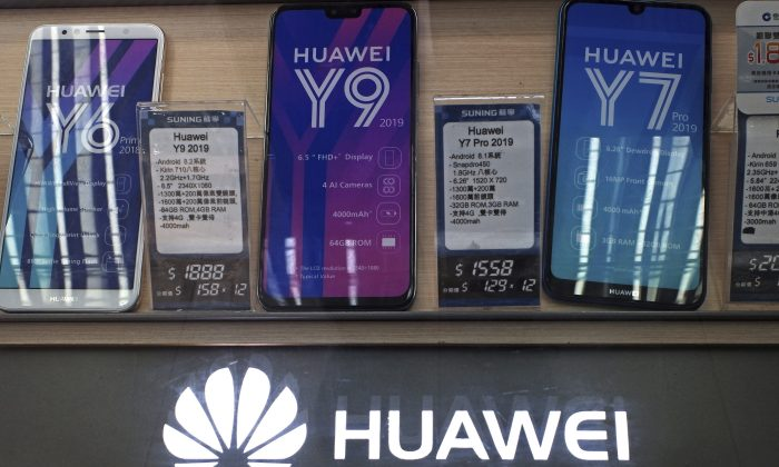 Huawei mobile phones are displayed at a telecoms service shop in Hong Kong, China on March 29, 2019. (Kin Cheung/AP)