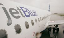 JetBlue CEO Collected Garbage, Awarded Random Passengers Free Tickets in Economy Class Flight