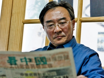Chinese man reads the Vision China Times, one of the only remaining independent Chinese-language newspapers that doesn't bow to the demands of the Chinese Communist Party. (Matthew Robertson)
