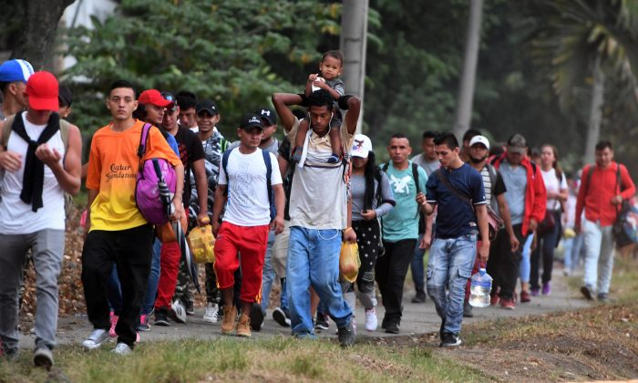 Honduran migrants leave the Metropolitan Center of San Pedro Sula, 300 kms north of Tegucigalpa, to travel to the Guatemala border on April 10, 2019. (ORLANDO SIERRA/AFP/Getty Images)