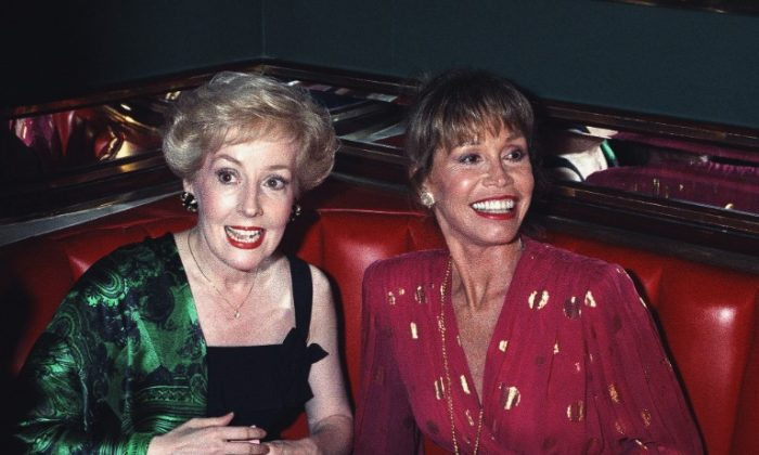FILE—Mary Tyler Moore (R) and former co-star Georgia Engel in New York, on Aug. 30, 1992. (Malcolm Clarke/AP Photo, File)
