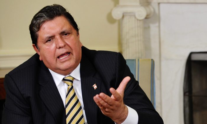 Former Peruvian President Alan García speaks during a meeting in the Oval Office of the White House in Wash., DC., on June 1, 2010. (Mandel NGAN/AFP/Getty Images)