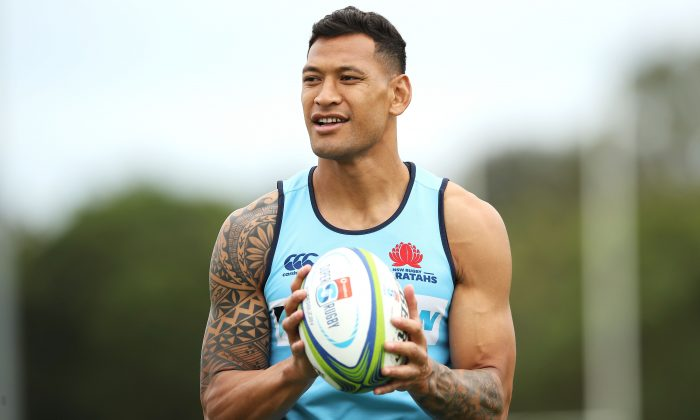 Israel Folau watches on during a Waratahs Super Rugby training session at David Phillips Sports Complex on March 25, 2019 in Sydney, Australia. (Mark Kolbe/Getty Images)
