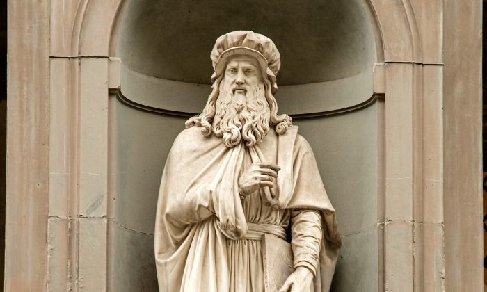 The statue of Leonardo da Vinci by Luigi Pampaloni, outside the Uffizi Gallery in Florence, Italy. (CC BY-SA 4.0)