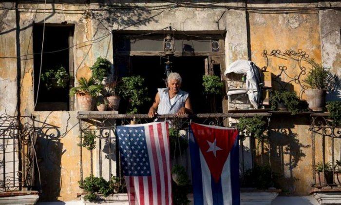 A balcony in Cuba with a United States and Cuban flags hung from it. (Embajada de Estados Unidos en Cuba/Facebook)