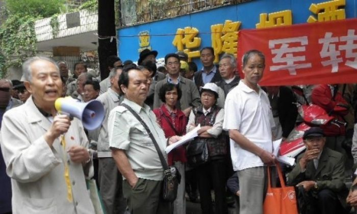 Chinese Veterans in Kunming appealed in front of a provincial office on June 28, 2015. (Civil Rights and Livelihood Watch)