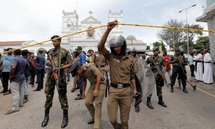 Sri Lankan military officials stand guard in front of the St. Anthony's Shrine, Kochchikade church after an explosion in Colombo, Sri Lanka, April 21, 2019. (REUTERS/Dinuka Liyanawatte)
