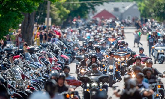 Dying Man Wished to Hear Harley's Roar Last Time, So Over 100 Bikers Surround His Home
