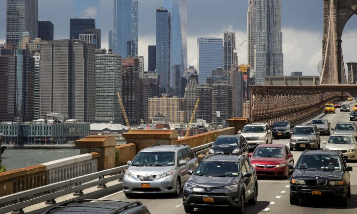 Traffic moves across the Brooklyn Bridge in New York City on Aug. 2, 2018. (Drew Angerer/Getty Images)