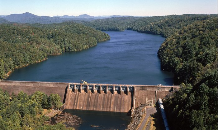 The TVA's Apalachia Dam in Cherokee County, North Carolina. (Public domain)