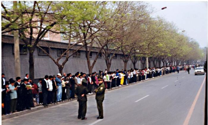 Roughly 10,000 Falun Gong practitioners peacefully appeal outside Zhongnanhai, the central headquarters for the Chinese Communist Party, in Beijing on April 25, 1999. (Minghui.org)