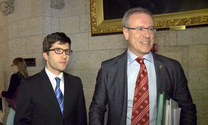 Conservative MP Garnett Genuis (L) and Liberal MP Borys Wrzesnewskyj on Parliament Hill on April 10, 2017. (NTD)