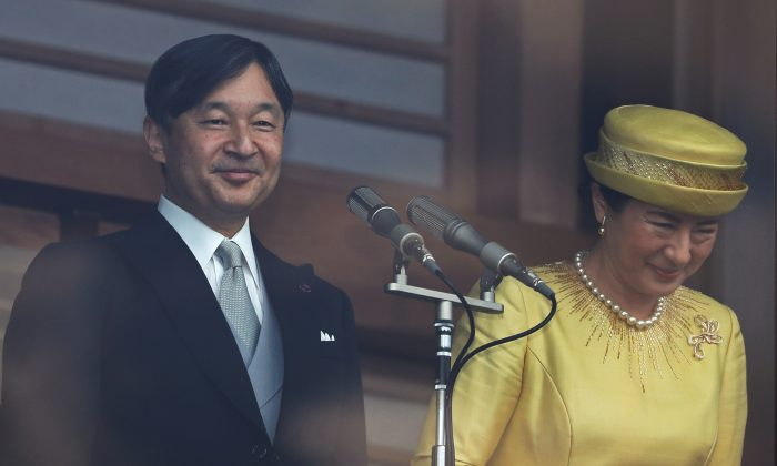 Japan's head of state Naruhito and his wife Masako greet well-wishers during their first public appearance at the royal palace in Tokyo, Japan, on May 4, 2019. (Issei Kato/Reuters)
