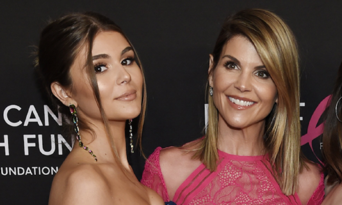 Actress Lori Loughlin poses with her daughter Olivia Jade Giannulli (L) in Beverly Hills, Calif. on Feb. 28, 2019. (Chris Pizzello/Invision/AP)