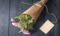 Daughter Gets Bouquet From Her Dead Dad Each Year on Birthday. but This Year's Came With a Note
