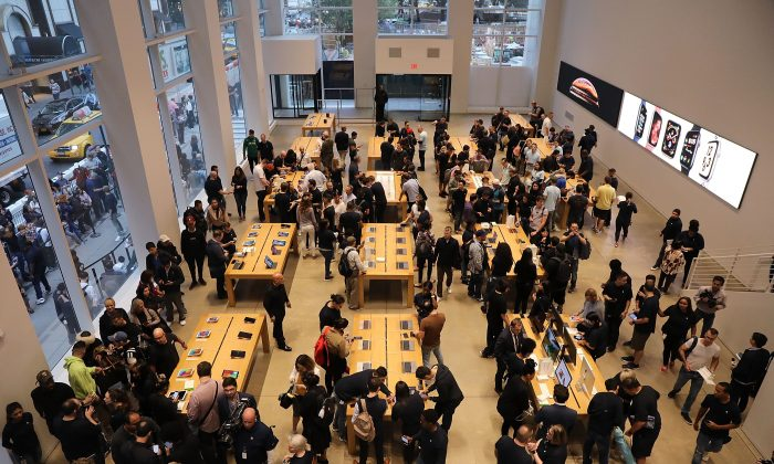 People shop at the Apple store in New York City on Sept. 21, 2018. (Spencer Platt/Getty Images)