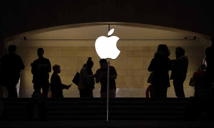 People shop at an Apple retail store in Grand Central Terminal in New York on Jan. 3, 2019. (Drew Angerer/Getty Images)