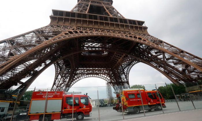Firefighters at the scene said they were in contact with the man who climbed the Eiffel Tower, Paris, France, on May 19, 2019. (Michel Euler/AP Photo)