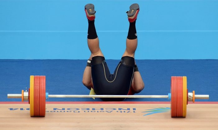 Ryunosake Mochida of Japan reacts as he fails a lift in Incheon on Sept. 25, 2014.(Prakash Singh/AFP/Getty Images)