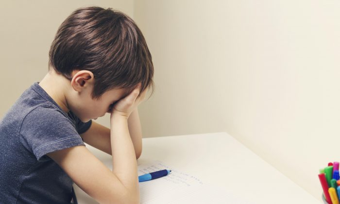 Children are particularly vulnerable to microwave sickness because of the industrial Wi-Fi networks used in schools and their smaller bodies. Symptoms include headaches, sensitivity to light, sleep and cognitive problems, and nosebleeds. Some may hear strange sounds that seem to come from inside their heads .(Veja/Shutterstock)