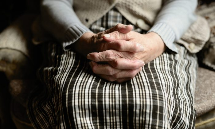 Hands of an elderly woman in a stock photo. (congerdesign/Pixabay)