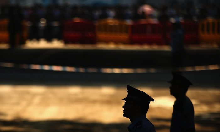 Chinese policemen guard outside the Jinan Intermediate People's Court on August 22, 2013 in Jinan, China. (Feng Li/Getty Images)
