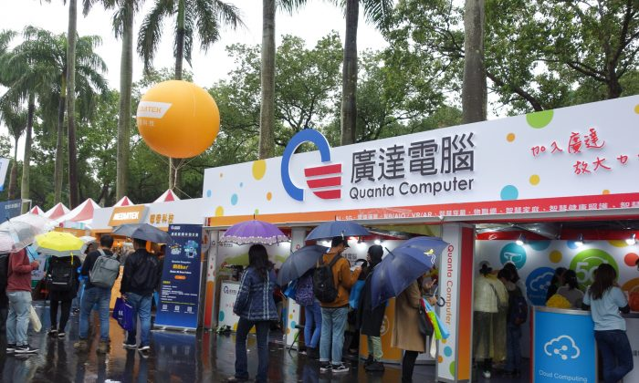 Students inside at a booth set up by Taiwanese PC maker Quanta Computer at a campus recruit held at National Taiwan University (NTU) in Taipei on March 9, 2019. (Marie He/The Epoch Times)