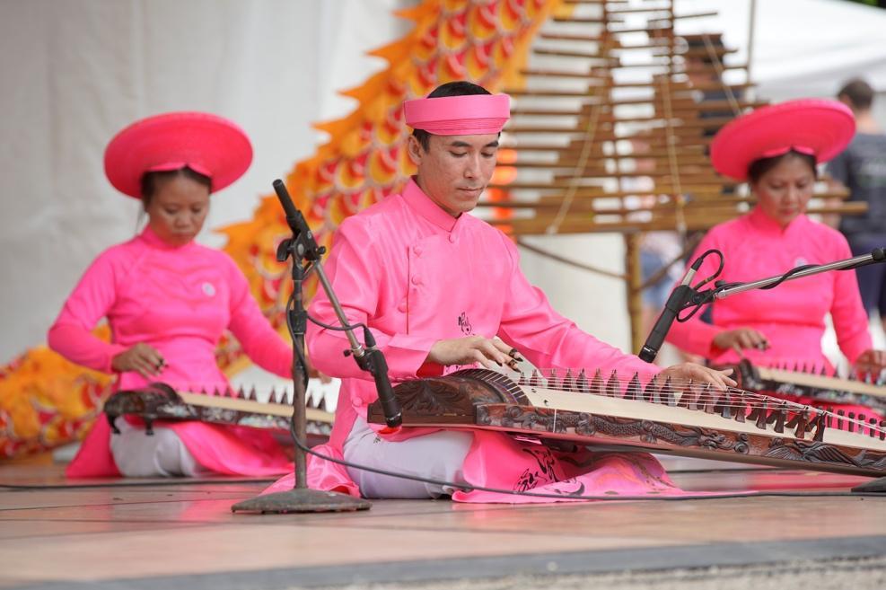 Columbus art fest-Vietnamese instrument