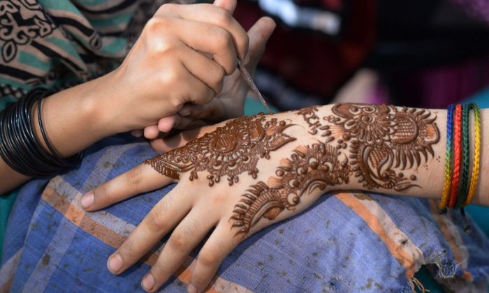 Little Girl \'Potentially Scarred for Life\' After Black Henna Tattoo ...