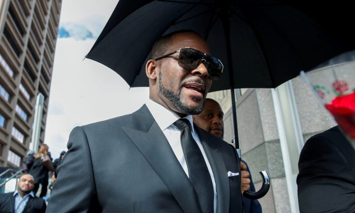 Grammy-winning R&B star R. Kelly leaves the Cook County courthouse after a hearing on multiple counts of criminal sexual abuse case, in Chicago, Illinois, U.S. March 22, 2019. (Reuters/Kamil Krzaczynski)