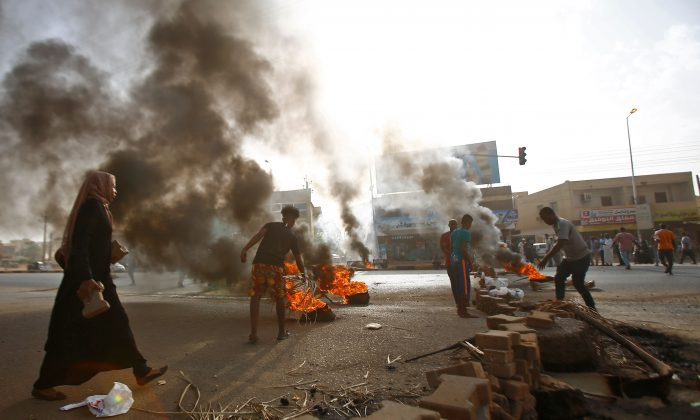 Sudanese protesters block Street 60 with burning tyres and pavers as military forces tried to disperse a sit-in outside Khartoum's army headquarters on Jun. 3, 2019. (Ashraf Shazly/AFP/Getty Images)