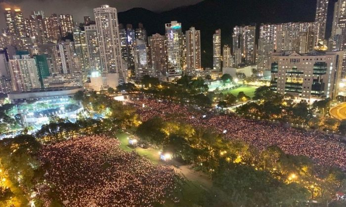 More than 180,000 people attended the candlelight vigil to commemorate the 30th anniversary of the Tiananmen Square Massacre in Victoria Park, Hong Kong. (Li Yi/The Epoch Times)