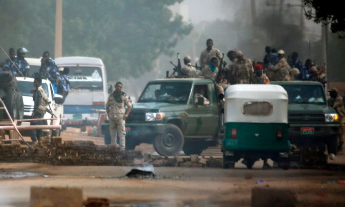 Sudanese forces are deployed around Khartoum's army headquarters on June 3, 2019. (Ashraf Shazly/AFP/Getty Images)