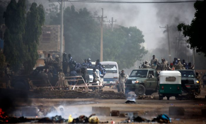 Sudanese forces are deployed around Khartoum's army headquarters on Jun. 3, 2019. (Ashraf Shazly/AFP/Getty Images)