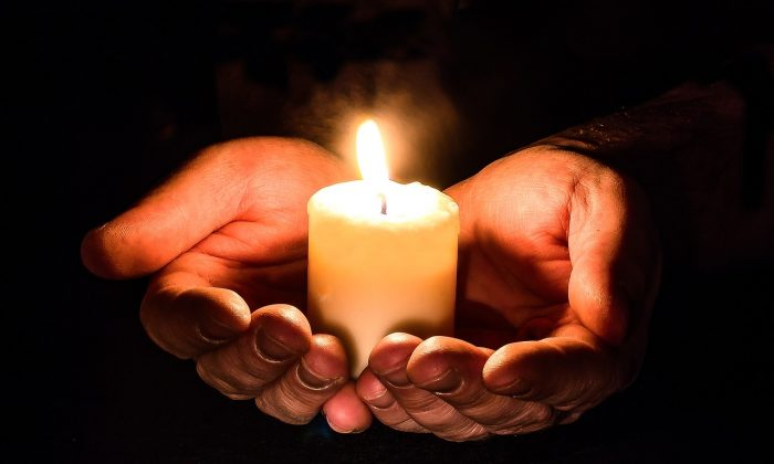 A photo of candle light (Pixabay)