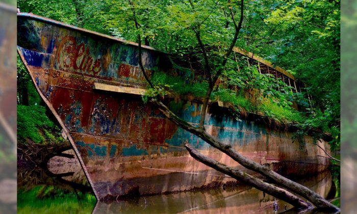 Kayakers Stumble on Abandoned Ghost Ship in Ohio River–You'll Never