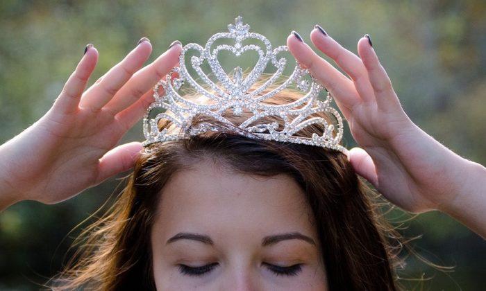 Stock image of a beauty queen wearing a tiara. (Jbundgaa/Pixabay)