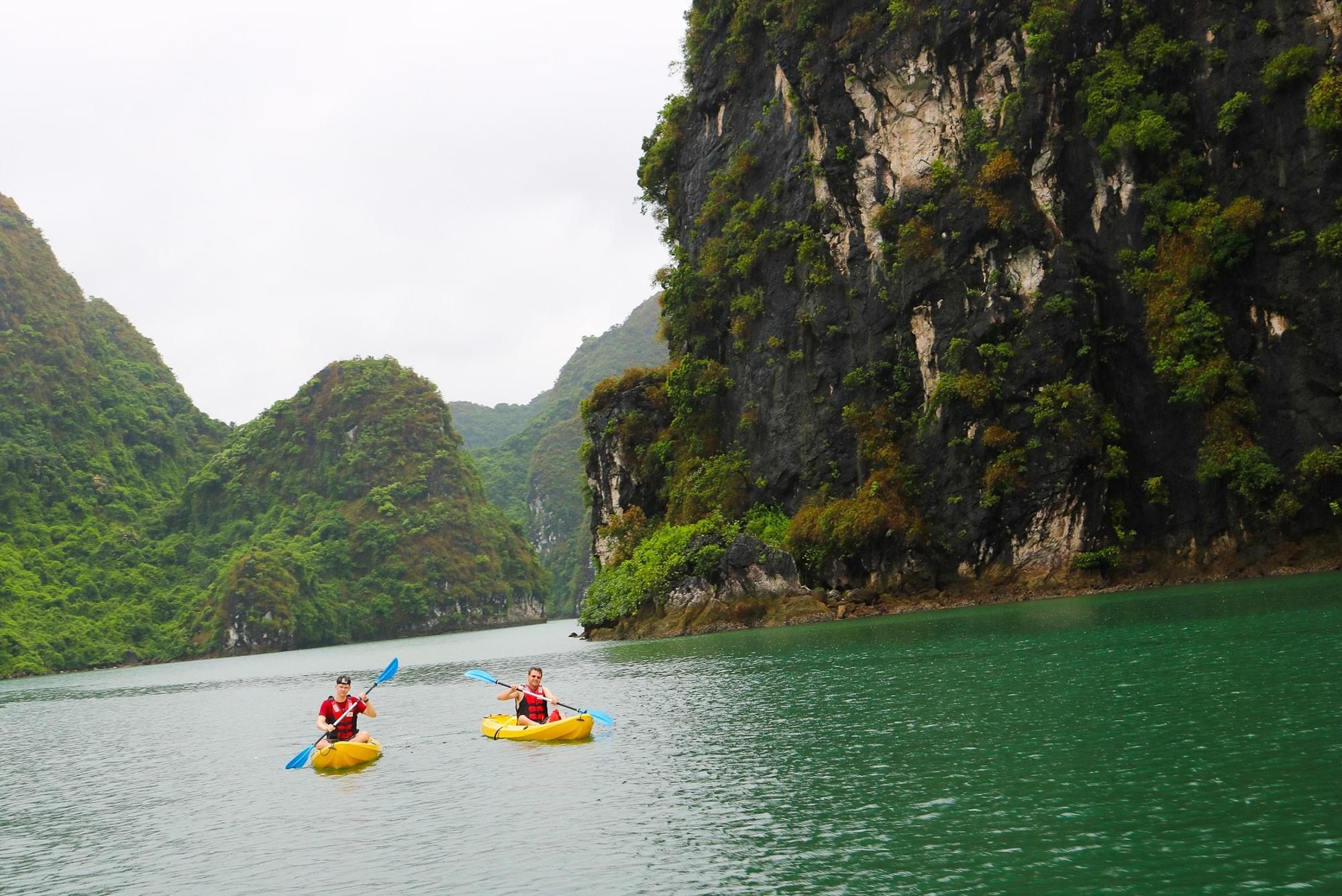 kayak halong bay vietnam
