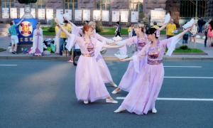 Falun Dafa Practitioners Share Spiritual Tradition with Ukraine Locals