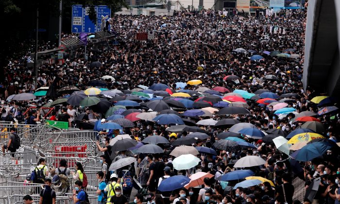 Protesters crowd along a main road during a demonstration against a proposed extradition bill in Hong Kong, China June 12, 2019. (Tyrone Siu/Reuters)