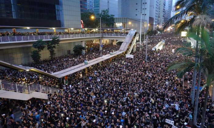 About 2 million Hong Kongers parade on June 16 to ask Carrie Lam government to withdraw the extradition bill. (Gang Yu/The Epoch Times)