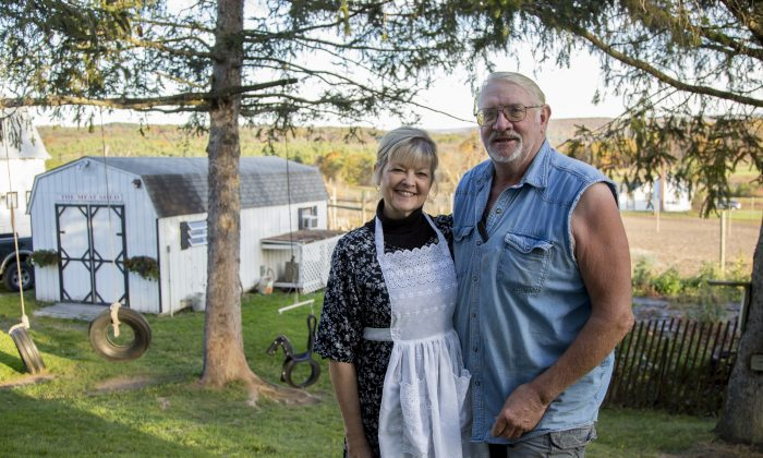 Sherry and Frank Hull on their farm in the Catskills in 2017. (Samira Bouaou/The Epoch Times)