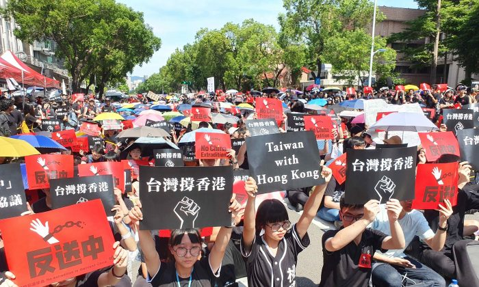 Protesters at a rally in Taipei in support of protest against the proposed extradition bill in Hong Kong on June 16, 2019. (Wu Min-zhou/The Epoch Times)