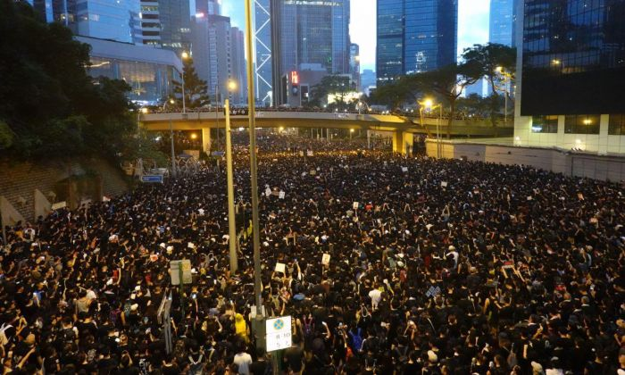 In the evening of June 16, thousands of Hong Kongers get together at Admiralty to ask the city government leader, Chief Executive Carrie Lam to withdraw the extradition bill and resign. (Gang Yu/The Epoch Times)