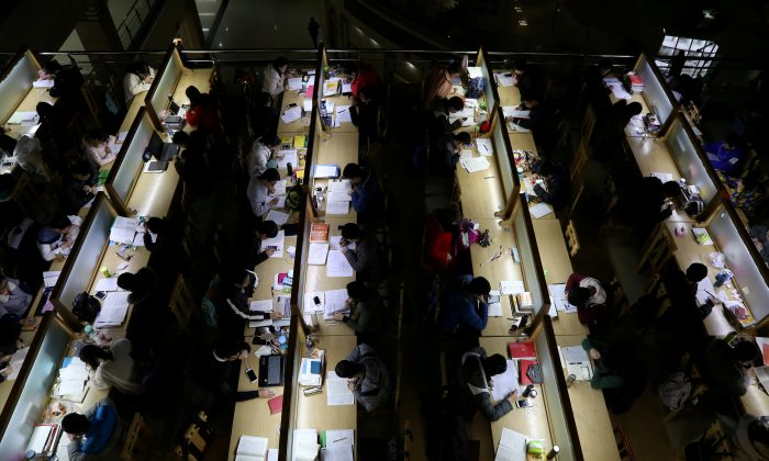 Students study ahead of the entrance exam for postgraduate studies, at a library in Zhengzhou University in Zhengzhou, Henan Province, China on Dec. 13, 2017. (Reuters)