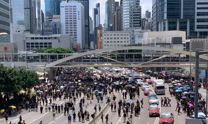 Protesters walk on Harcourt Road in Admiralty on June 21, 2019. (Li Yi/The Epoch Times)
